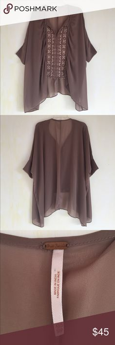 Free People Mauve Flouncy Blouse, XS/S This adorable Free People Mauve Flowy Blouse, XS/S is great for that boho vibe you've been fostering :) GREAT CONDITION, not even noticeable pull on the back (see last photo), comes from a smoke free home. Free People Tops Blouses