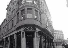 Odeon Zürich, am Sonntag, dem 1. Juli 1911 eröffnete das Grand Café Odeon um 18.00 Uhr erstmals seine Türen. Im Keller gab es eine eigene Konditorei und im 1. Stock einen Billardraum. Geführt wurde das Odeon vom Münchner Restaurateur Josef Schottenhaml. Internationale Zeitungen und Lexika lagen auf, oft wurde Schach gespielt. Eine Polizeistunde gab es nicht. In Zürich war das 'Odeon' das erste Lokal, in dem Champagner glasweise im Offenausschank serviert wurde. Foto von Ralf R.