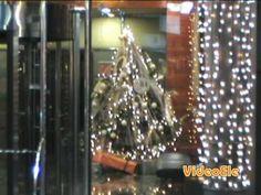 Un vídeo de español para extranjeros del Nivel B2 para conocer las costumbres navideñas en España de la decoración de los hogares y las calles, las postales, la lotería, la Nochebuena, el día de Navidad y la comida.