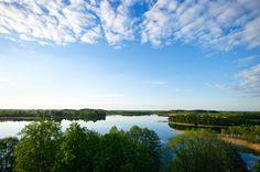 Jezioro Wigry, które w opinii wielu osób uchodzi za najpiękniejsze w Polsce. Jego nazwa pochodzi prawdopodobnie od litewskiego przymiotnika vingrus - kręty, co właściwie opisuje jego kształt.  Wije się wstęgą na niemal dwudziestu kilometrach - od Starego Folwarku na północy, do Gawrych-Rudy na południowym zachodzie. Jest przy tym jednym z najgłębszych i największych jezior Polski - powierzchnia zwierciadła wody Wigier wynosi 2118 ha, a maksymalna głębokość zbiornika to 73 m.  W chłodne i…