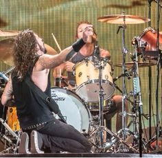 Dave Grohl worshipping Taylor Hawkins in Colombia, Jan 31, 2015