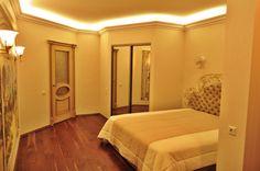 Спальня. Закарнизный свет выполнен лампами дневного света и молдингом. Встроенный шкаф.