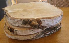 natuurlijke onderzetters zaag een stuk boomstam in plakken en laat drogen dan heb je deze natuurlijke onderzetters
