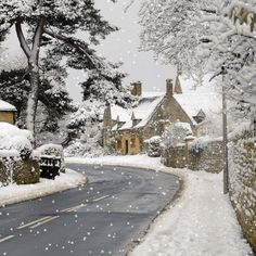 Take a walk through the 'Jewel of the Cotswolds' and take in the thatched cottages sprinkled with snow and look for the snowdrops adorning the winding country lanes. The winter scenes here are a sure showstopper. Winter Szenen, I Love Winter, Winter Magic, Winter Christmas, Winter Season, Winter Road, Merry Christmas, Winter White, Beautiful World