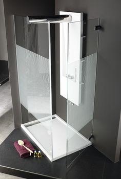 Systempool utiliza cristal templado en la fabricación de sus mamparas, más resistente que el vidrio normal con el tratamiento System-glass para facilitar su limpieza