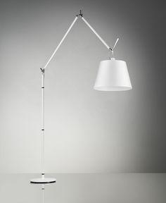 Die Artemide Tolomeo Mega Terra Weiß überzeugt durch Ihre Funktionalität. Der verstellbare Arm aus weißem Aluminium mit raffiniertem Federausgleichsystem, sowie der in alle Richtungen drehbare Leuchtenkopf sorgen für ein Maximum an Flexibilität. Wegen ihrer großen Auslage von 170 cm ist die Tolomeo Mega Terra Weiß auch ideal für die Tischbeleuchtung geeignet. Die Leuchte erzeugt durch den stilvollen Leuchtenschirm ein gemütliches Licht, durch die Öffnung an der Oberseite entsteht zusätzlich…