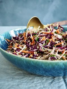 Fargerik kålsalat med frø og bygg Colorful cabbage salad with seeds and barley is the salad you will be making now! It fits well as crunchy accessories for winter dinners or summer barbecue. Cabbage Salad, Summer Barbecue, Grilled Chicken, Serving Bowls, Chicken Recipes, Seeds, Vegetables, Tableware, Dinners