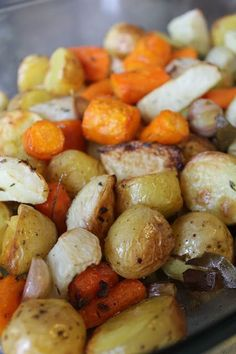 Il vous faut : Des légumes en quantité adaptée au nombre de convives, sur la photo carottes, pommes de terre, chou-rave et navet Du sel et du poivre De l'huile d'olive (environ 2 cuillères à soupe pour 4-6 personnes) Une ou deux têtes d'ail Des herbes aromatiques (ici thym, laurier), graines, épices.. Préchauffer le four th. 6 (180°). 30/40mn