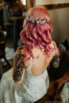 Hairstyles With Clips Cool bride vibes - pink hair + loose curls + baby& breath flower crown {Aundrea Marie Photography} Loose Curls Hairstyles, Wedding Hairstyles With Veil, Casual Hairstyles, Elegant Hairstyles, Bride Hairstyles, Hairstyle Men, Funky Hairstyles, Wedding Hair And Makeup, Bridal Hair