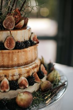 A fig wedding cheese cake is one of the most unique ideas I've ever seen! A fig wedding cheese cake Italian Wedding Cakes, Fall Wedding Cakes, Beautiful Wedding Cakes, Gorgeous Cakes, Wedding Tables, Autumn Wedding, Unconventional Wedding Cake, Cheesecake Wedding Cake, Bush Wedding