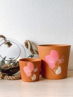 Painted Plant Pots, Painted Flower Pots, Pots D'argile, Clay Pots, House Plants Decor, Plant Decor, Pottery Painting, Diy Painting, Clay Pot Projects