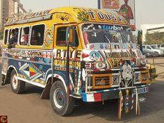 """Le célèbre véhicule de transport en commun appelé """"car rapide"""" ou """"super"""" au Sénégal, véritable objet d'art populaire"""