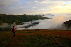 Doğaseverler Karadeniz Yaylalarında Huzur Buluyor   Doğu Karadeniz'de yaz sezonunun sonuna yaklaşılmasına rağmen gün batımı ve doğumunun sisle birleşerek eşsiz manzaralar sunduğu yaylalar, huzurlu ortamıyla turistleri kendine çekiyor. Trabzon'un Ruka, Kızılağaç, Beşikdüzü ve Sarlı obalarında günün farklı saatlerinde, farklı güzellikler görmek mümkün oluyor.