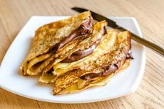 A crepes is a thin cake regularly served for breakfast (like hotcakes). Crepes commonly arrive in a sweet and exquisite adaptation. Typical French Food, Creme Fraiche Sauce, Food Network Recipes, Cooking Recipes, How To Make Crepe, French Crepes, French Dishes, Crepe Recipes, Snacks