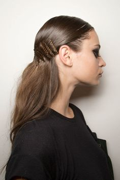 Accessories Are Trending At New York Fashion Week Hair Accessories Trending at New York Fashion Week Pigtail Hairstyles, Bobby Pin Hairstyles, Headband Hairstyles, Down Hairstyles, Trendy Hairstyles, Beach Hairstyles, Men's Hairstyle, Hairstyles Haircuts, Hair Scarf Styles