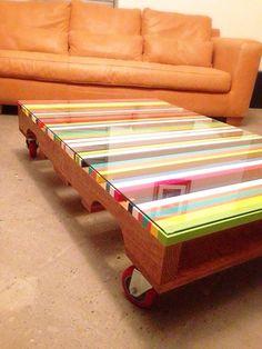 OG NOGAL CENTER. Mesita de centro de 1.20 x 80 cm, acabado nogal con superficie intervenida en líneas de colores. Cristal de 6 mm y ruedas rojas. www.facebook.com/TreebonesPallets  Pedidos ---> treebonespallets@gmail.com