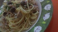 Spaghetti con tonno, olive taggiasche e semi di girasole