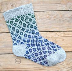 Diese Socken sind aus baltische Wolle mit einer außergewöhnlichen Optik. Die Farben fließen ineinander über, dabei entstehen wunderschöne sanfte Farbübergänge, die faszinierend aussehen. Die...