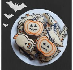 Simple to make Halloween cakes and cookies, perfect for Halloween parties or for handing out to trick-or-treaters!