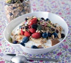 Granola con frutti di bosco e yogurt