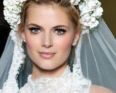 gelin makyajı mdlst 2015'in düğün makyajları ağırlıklı olarak soft pembe, bordo, beyaz, su yeşili ve gri tonlamaları olarak devam etti. Geçmişten bu yana gelen genellemelerde hepimiz biliyoruz ki ağırlıklı olarak mavi ve tonlarına yer veriliyordu. Bu renklerin kullanımı gelinliğin ve uyumun tamamen bozulmasına sebep olur.  Öncelik olarak ten rengine uyumlu ve ve gelinlik ve düğün konseptine uygun olarak düğün makyaj tonlamaları yapılmalı. detaylar: www.modalast.com