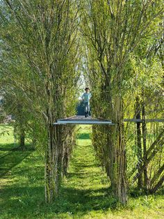 The Footbridge of common osier (Salix viminalis) was planned by the architects Ferdinand Ludwig and Oliver Storz as well as the sculptor Cornelius Hackenbracht and arranged on a meadow in April 2005. The construction contains of 64 horizontal and 16 diagonal columns, built of 12 to 15 plants each. The colums-structure carries a 2,5 meter high walkable surface and holds a stainless stell tube, serving handrails. With regular distanced plant-columns and the 22 meter surface area made of steal…