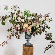 """""""Big guy, full of the elusive Pastelegance peonies, Quicksand roses, Snowball viburnum, and foraged foliages."""" [Quicksand Series from @sarah_winward] Photo by @kateosborne #MayeshTakeover #InstagramTakeover #SarahWinwardQuicksandRoseSeries #flowerlovers"""