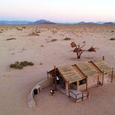 Desert Camp is naby Sesriem en skuil tussen eeue-oue doringbome met 'n onoortreflike uitsig oor die woestyn en omliggende bergreekse. Hiér kan jy nooit verveeld raak met al die lekker woestyn doendinge nie! Pool Bar, National Park Tours, National Parks, Namibia, Desert Homes, Natural Building, Quiver, Camping Activities, Outdoor Furniture Sets