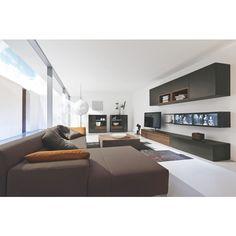 Hochwertiges Wohnprogramm mit einer wunderbaren Kombination aus modernem Design und Funktionalität. Dank der umfangreichen Auswahl an verschiedenen Elementen und Farbkombinationen können Sie Ihre Räume individuell gestalten. Unsere Einrichtungsberater fertigen gerne eine maßgeschneiderte Planung für Sie an.