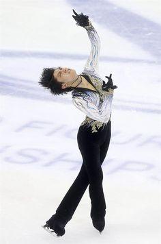 Shanghai (China), 28/03/2015.- Yuzuru Hanyu of Japan performs during the Men's Free Skating program at the ISU World Figure Skating Championships at Shanghai Oriental Sports Center in Shanghai, China, 28 March 2015. Hanyu won the silver medal. (Japón) EFE/EPA/HOW HWEE YOUNG