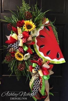 Adorable Farmhouse Spring And Summer Porch Decoration Ideas 40 Summer Door Wreaths, Fall Wreaths, Christmas Wreaths, Wreath Crafts, Diy Wreath, Grapevine Wreath, Wreath Ideas, Tulle Wreath, Burlap Wreaths