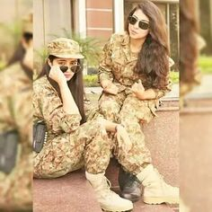 Idf Women, Military Women, Army Couple Pictures, Army Photography, Pak Army Soldiers, Army Pics, Pakistan Army, Pakistani Girl, Female Soldier