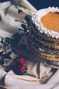 Preparando una tarta de bizcochos...¿Le ponemos fresitas...?