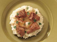 Parmesan Peynirli Ciğerli Risotto  Yapışmaz tabanlı bir tavada, bir yemek kaşığı zeytinyağını kızdırın. Soğanları ekleyip altın rengine gelene kadar karıştırarak, 3 dakika kadar pişirin. Ciğerleri ekleyip her iki tarafı da pişene kadar ortalama 5 dakika pişirin. Ateşten alıp üzerine tuz ekleyin. Geniş bir sos tavasında 2 yemek kaşığı zeytinyağını kızdırın. Arpacık soğanını ekleyin, yumuşayıncaya…