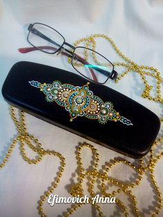 Точечная роспись. Dot Art Painting, Mini Chandelier, Mandala Dots, Glasses Case, Casket, Mehndi, Needlework, Unique Gifts, Projects To Try