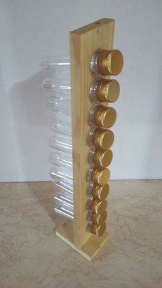 Porta-Tempero feito a partir de madeira reaproveitada de pallets, com tubos de plástico de tampas douradas. Pode ser utilizado como porta remédios, miçangas, botões ou para mil e um usos criativos. <br>Peça sustentável, feita artesanalmente. <br>Foco no consumo consciente utilizando como matéria prima madeira reutilizada.