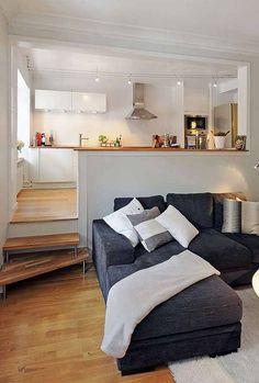 Mesmo em casas ou apartamentos pequenos, você pode delimitar espaços, por exemplo, com pisos elevados.