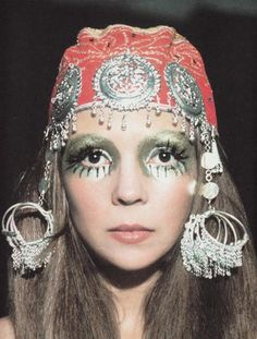 gypsy or hippie (they're almost the same) - photo: Penelope Tree ~gold eyes all over 70s Makeup, Makeup Inspo, Hair Makeup, Exotic Makeup, Lauren Hutton, 1960s Fashion, Fashion Models, Vintage Fashion, Fashion Trends