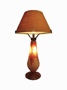 Lámpara con pie de Le Verre Français, época Art Déco. Pantalla actual