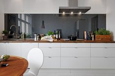 Here, we will provide a huge selection of kitchen splashback ideas. At the end of this article, you definitely know what suits you the most. Devol Kitchens, Kitchen Cabinetry, Home Kitchens, Glass Kitchen, New Kitchen, Kitchen Dining, Awesome Kitchen, Rustic Kitchen, Diy Kitchen Decor