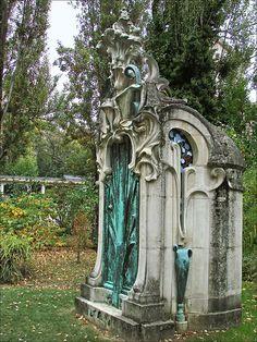 """Monument funéraire art nouveau (Nancy)  """"Érigé en 1901 au Cimetière de Préville à Nancy"""