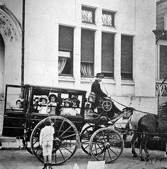 Transporte Escolar anos 1910, mostra um tio da perua, ou melhor, da carruagem, levando de volta para casa crianças do extinto Colégio Des Oiseaux, em São Paulo