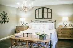 Fixer Upper Lighting ideas for your home. Lights inspired by HGTV's Fixer Upper. A round up of Joanna Gaines farmhouse style lights all in one place! Chip E Joanna Gaines, Fixer Upper Bedrooms, Home Bedroom Design, Bedroom Designs, Bedroom Art, Farmhouse Master Bedroom, Master Bedrooms, Upstairs Bedroom, Magnolia Homes