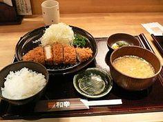 Tonkatsu con cavolo cappuccio tritato, riso bollito e zuppa di miso servito in un ristorante di Sapporo