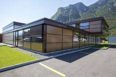 Die Hilfsorganisation Morija baute mit Lucido® ihren Hauptsitz in den Bergen des Valis. Denn auch das Bürohaus sollte ihre Philosophie zeigen. Solar, Bergen, Mansions, House Styles, Home Decor, Philosophy, First Aid, Simple, House
