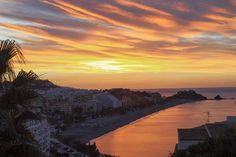 """Y las 10 ciudades más antiguas de España son... Almunecar, Granada-Almuñécar fue en su momento un importante enclave fenicio llamado Sexi (de hecho, aún hoy, el gentilicio formal es sexitano/a), en plena costa mediterránea. El nombre actual proviene del árabe y significa """"fortaleza rodeada"""" (de montañas). La rica historia de la ciudad, acompañada de su espectacular clima y su playa, hacen de ésta uno de los lugares más visitados de Granada."""