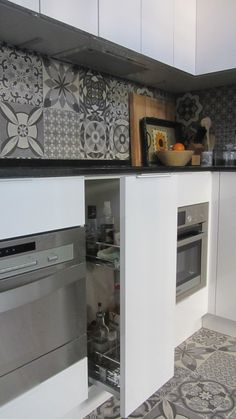 Propuesta de cocina Doca - detalle de cocina: carro extraible con bandejas de acero.  Para ver más: http://www.doca.es/