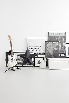 Op deze rustige laminaatvloer uit de vtwonen collectie zijn de grafische eye-catchers uit de ruimte bij elkaar gezet. Andy Warhol ♥