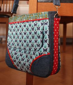 Kabelka+Simi+Kabelka+pro+malé+slečny+okolo+deseti+let+-+vyzkoušeno+:-)+S+praktickou+přední+kapsičkou+a+zapínáním+na+zip.+Délka+popruhu+je+100cm+-+přidělaný+karabinkami,+takže+jde+odepnout+Velikost+kabelky:+30x+25+cm.+Design+by+Marina+/Bellet/.