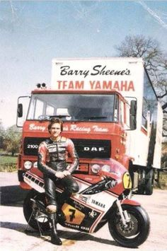 Barry Sheene and truck Motorcycle Racers, Suzuki Motorcycle, Racing Motorcycles, Motogp, Japanese Motorcycle, Old Bikes, Transporter, Champions, Road Racing